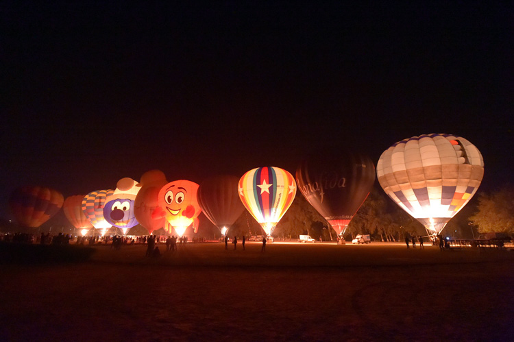 night-glow-in-action-at-the-taj-balloon-festival